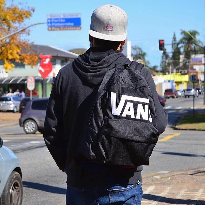 Vì sao bạn nên có cho mình một chiếc Vans Backpack thật tiện dụng?